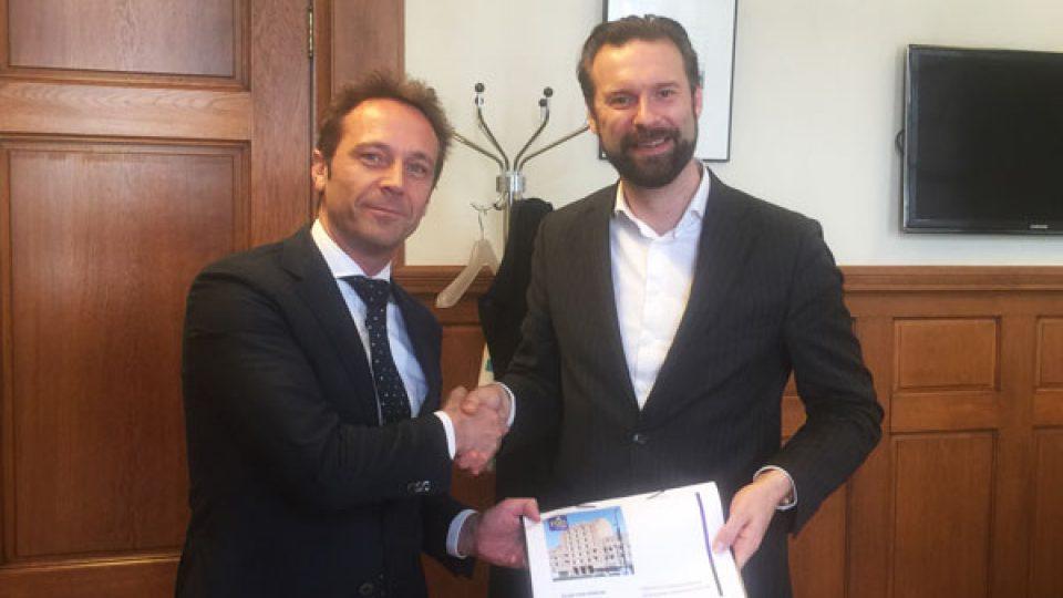 """Eric Spreij van het ROB overhandigt Wethouder Maarten Struijvenberg van Rotterdam het """"Plan van aanpak winkelstraten West"""""""